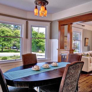 Esempio di una sala da pranzo american style con pareti marroni e parquet scuro