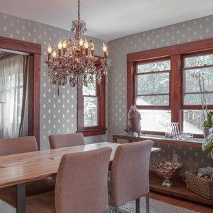 Imagen de comedor de cocina de estilo americano, pequeño, con paredes grises y suelo de madera en tonos medios