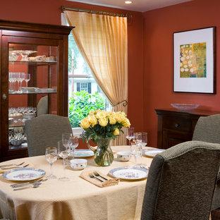 Diseño de comedor clásico, pequeño, sin chimenea, con paredes rojas y suelo de madera en tonos medios