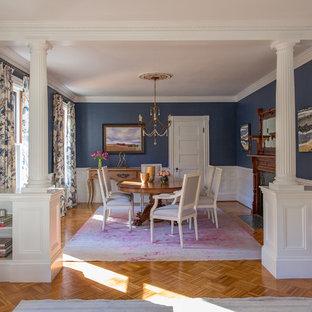 Esempio di una grande sala da pranzo aperta verso il soggiorno vittoriana con pareti blu, pavimento in legno massello medio, camino classico e cornice del camino in legno