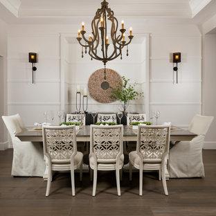 Immagine di una sala da pranzo stile marinaro con pareti bianche, parquet scuro, nessun camino e pavimento marrone
