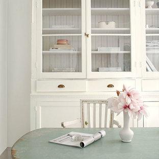 Geschlossenes, Mittelgroßes Shabby-Look Esszimmer mit weißer Wandfarbe in Sonstige