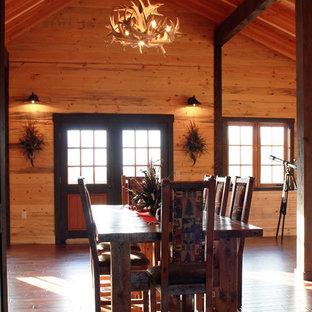 Idéer för en mycket stor rustik matplats med öppen planlösning, med flerfärgade väggar och mörkt trägolv