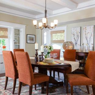 サンフランシスコの中サイズのトラディショナルスタイルのおしゃれなダイニングキッチン (ベージュの壁、濃色無垢フローリング、暖炉なし、木材の暖炉まわり、茶色い床) の写真