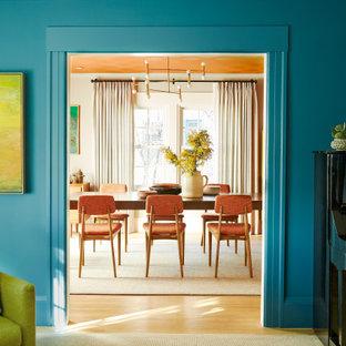 Idee per una sala da pranzo aperta verso il soggiorno minimalista di medie dimensioni con pareti blu, parquet chiaro, pavimento beige e soffitto in carta da parati