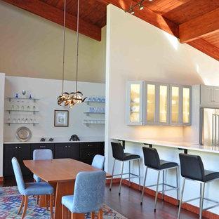 Imagen de comedor rústico, de tamaño medio, abierto, sin chimenea, con paredes blancas, suelo de madera oscura y suelo marrón