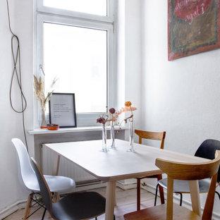 Kleines Skandinavisches Esszimmer mit weißer Wandfarbe, hellem Holzboden und beigem Boden in Berlin