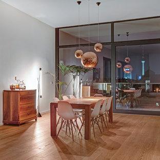 Offenes, Großes Stilmix Esszimmer mit weißer Wandfarbe und braunem Holzboden in New York