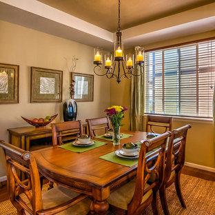 Foto di una piccola sala da pranzo contemporanea con pareti marroni e pavimento in legno verniciato