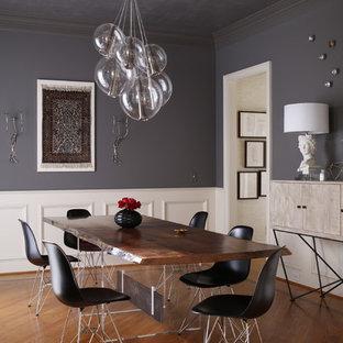 Exemple d'une salle à manger tendance fermée avec un mur gris et un sol en bois brun.