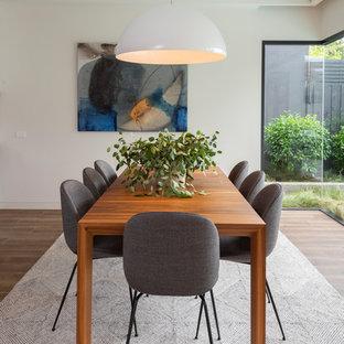 Immagine di una sala da pranzo design con pareti bianche, pavimento in gres porcellanato e pavimento marrone