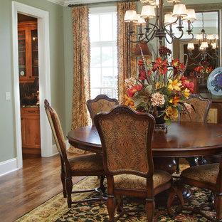 Ispirazione per una sala da pranzo classica chiusa e di medie dimensioni con pareti verdi, parquet scuro e nessun camino