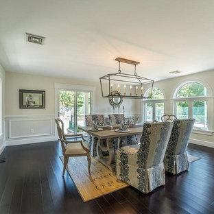Ispirazione per una sala da pranzo chic chiusa con pareti beige, pavimento in bambù e pavimento marrone