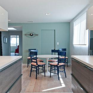 Пример оригинального дизайна: кухня-столовая среднего размера в стиле модернизм с полом из керамогранита и бирюзовым полом