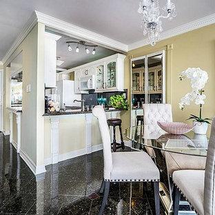 ヒューストンの小さいトランジショナルスタイルのおしゃれなダイニングキッチン (茶色い壁、大理石の床、黒い床) の写真