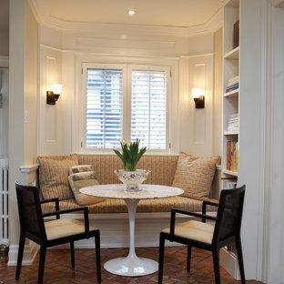 Пример оригинального дизайна: столовая в классическом стиле с бежевыми стенами и полом из терракотовой плитки