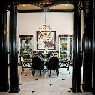 Foto di una sala da pranzo classica di medie dimensioni con pareti beige e pavimento in marmo