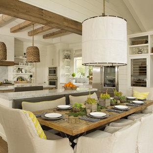 Diseño de comedor de cocina de estilo de casa de campo con suelo de madera clara y suelo beige