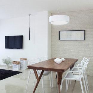 Esempio di una sala da pranzo aperta verso la cucina scandinava con pareti bianche