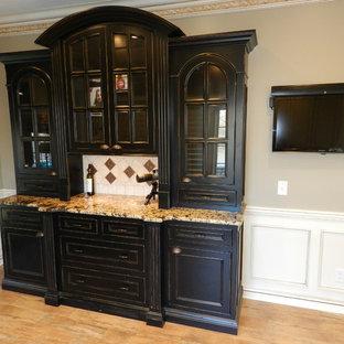 Ispirazione per una sala da pranzo aperta verso la cucina chic di medie dimensioni con pareti beige, parquet chiaro e nessun camino