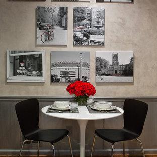 Esempio di una piccola sala da pranzo eclettica chiusa con pavimento in legno massello medio e pareti beige