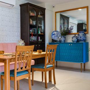 Idee per una sala da pranzo costiera con pareti multicolore, nessun camino e pavimento bianco