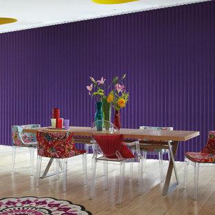 Modelo de comedor de cocina contemporáneo, de tamaño medio, con paredes púrpuras, suelo de contrachapado y suelo marrón