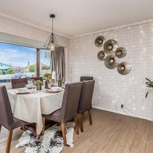 Immagine di una sala da pranzo aperta verso la cucina boho chic di medie dimensioni con pareti grigie, pavimento in vinile e pavimento marrone