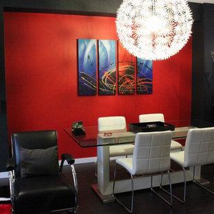 Idées déco pour une grande salle à manger ouverte sur le salon moderne avec un mur rouge et un sol en bois foncé.
