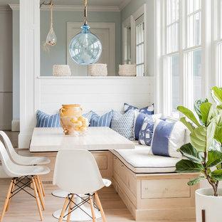 Idéer för maritima matplatser med öppen planlösning, med blå väggar och ljust trägolv