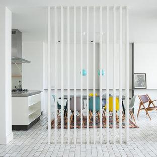 Modelo de comedor clásico renovado, de tamaño medio, abierto, con paredes blancas y suelo de baldosas de cerámica