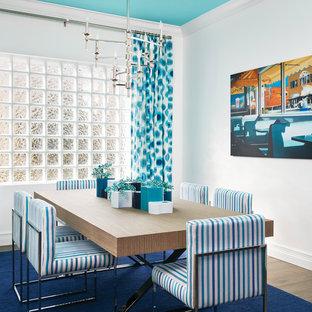 Foto de comedor costero con paredes blancas