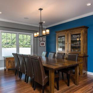Imagen de comedor de estilo americano, grande, cerrado, con paredes azules, suelo de bambú y suelo marrón