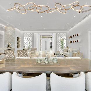 Inspiration för stora moderna kök med matplatser, med beige väggar, mellanmörkt trägolv, en dubbelsidig öppen spis, en spiselkrans i sten och beiget golv