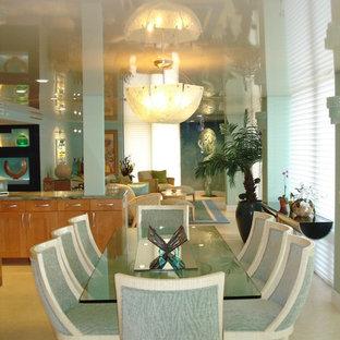 Immagine di un'ampia sala da pranzo aperta verso il soggiorno stile marinaro con pareti blu, pavimento in linoleum, nessun camino e pavimento bianco
