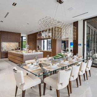 Пример оригинального дизайна: большая кухня-столовая в современном стиле с мраморным полом, белым полом и бежевыми стенами