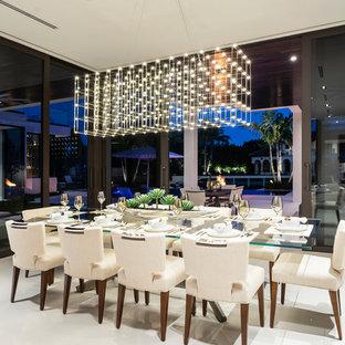 Ispirazione per una grande sala da pranzo aperta verso la cucina moderna con pareti marroni, pavimento in marmo e pavimento bianco