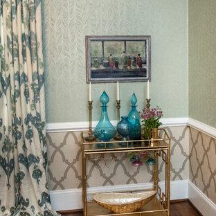 Пример оригинального дизайна интерьера: столовая среднего размера в стиле современная классика с серебряными стенами и паркетным полом среднего тона