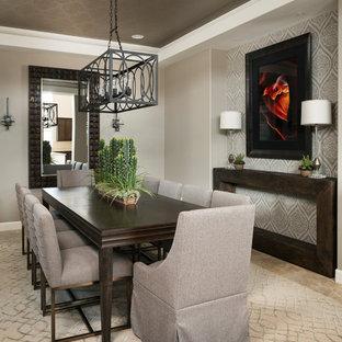 Immagine di una sala da pranzo eclettica chiusa e di medie dimensioni con pareti grigie, pavimento in travertino, nessun camino e pavimento beige