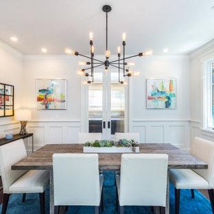Стильный дизайн: столовая в стиле современная классика с с кухонным уголком, белыми стенами, темным паркетным полом, коричневым полом и панелями на стенах - последний тренд