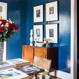 Idee per una sala da pranzo aperta verso la cucina boho chic di medie dimensioni con pareti blu, camino classico e cornice del camino in legno