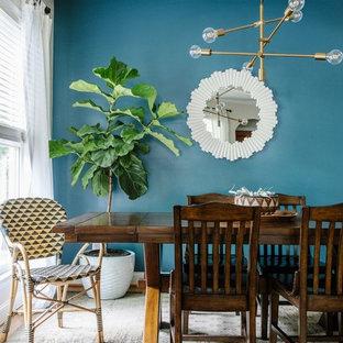Idee per una sala da pranzo marinara con pareti blu, parquet chiaro e pavimento marrone