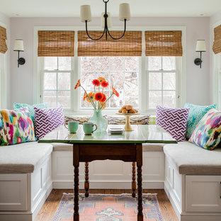 На фото: отдельная столовая в стиле неоклассика (современная классика) с фиолетовыми стенами, темным паркетным полом и коричневым полом