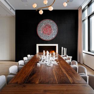 Idéer för funkis matplatser, med svarta väggar och mellanmörkt trägolv