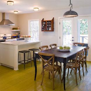 Idee per una sala da pranzo aperta verso la cucina tradizionale con pareti bianche e pavimento verde