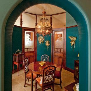 他の地域の中くらいのヴィクトリアン調のおしゃれな独立型ダイニング (青い壁、セラミックタイルの床、ベージュの床) の写真