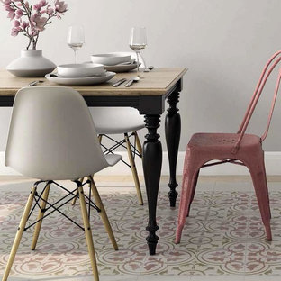 Cette image montre une salle à manger victorienne avec un sol en carrelage de porcelaine et un sol rose.