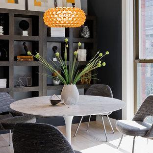Diseño de comedor contemporáneo, de tamaño medio, cerrado, sin chimenea, con paredes negras y suelo de madera clara