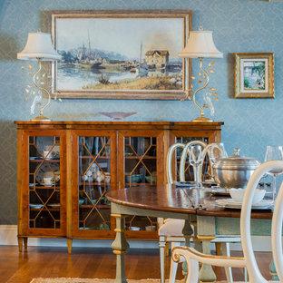 Источник вдохновения для домашнего уюта: столовая среднего размера в классическом стиле с синими стенами и паркетным полом среднего тона