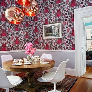 Inredning av en eklektisk matplats, med flerfärgade väggar och mellanmörkt trägolv